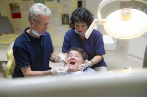 """Es ist gar nicht so einfach """"panische Angst beim Zahnarzt"""" überzeugend darzustellen. Nach mehr als zwanzig Jahren Erfahrung, weiß man halt, dass der Mann in Blau einem nicht weh tun wird. Da hilft fürs Foto nur noch übertreiben."""
